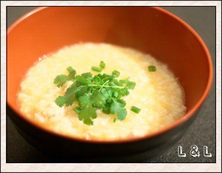 Cháo Gà, soupe vietnamienne de riz au poulet : 140g de riz + 1,2L de bouillon de poule + 1 filet de poulet + 3 ou 4 tiges de ciboule + ½  oignon + un petit bout de gingembre + du nước mắm + quelques brins de coriandre + un peu de poivre + un peu d'huile neutre