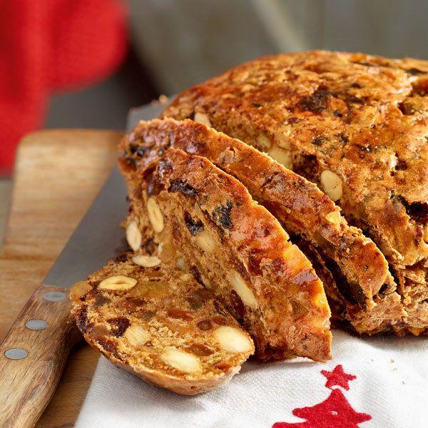 Aus Trockenfrüchten, Nüssen und Gewürzen werden fünf kleine Brote gebacken, die man prima verschenken, aber auch selber essen kann.