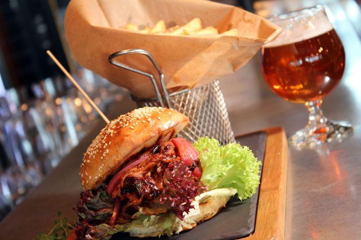 På gastropuben Nydalen Bryggeri og Spiseri i Oslo serverer de pulled pork i rause porsjoner i burgerbrød med poteter. (Foto: HEGE HØPFNER)