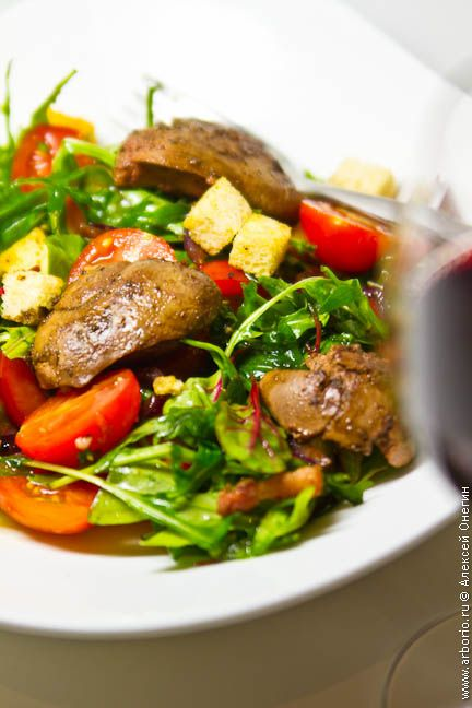 Салат с куриной печенью - несложное и весьма бюджетное решение, если вы хотите готовить по особому случаю. Он присутствует в меню многих ресторанов и легко готовится дома.