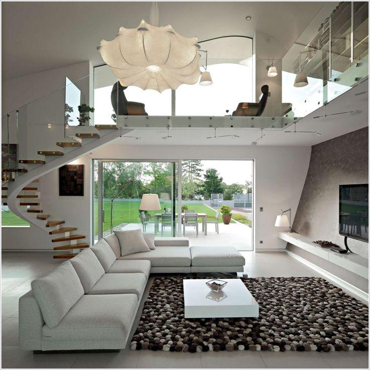 Lámpara moderna en sala de doble altura