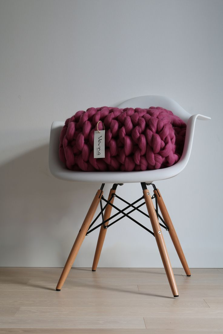 Chunky handmade blanket from extrafine merino wool. Luxuriate your home with pure comfort & style, Vovna this Christmas! www.vovna.design #vovnadesign #chunkyblanket #interiordesign #merinowool #handmade