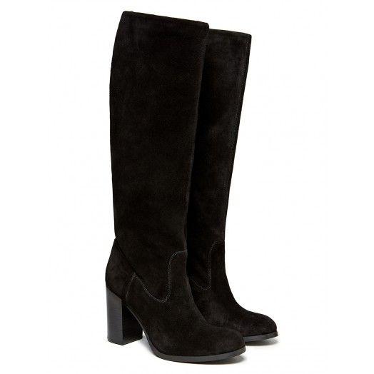 Stivali con tacco alto in suede, con gambale sfoderato e molto morbido. Altezza tacco: 9 cm. Ideali abbinati a un abito o una gonna corta, per completare un look molto femminile.