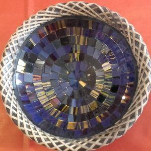 Bol en terre cuite et mosaÏque réalisé à la main. Le contour est décoré par de l'osier tressé à la main. La mosaÏque est protégée par une couche transparente qui augmente les reflets des couleurs du bol.