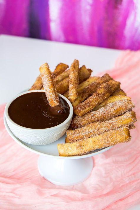 När man är sådär galet sugen på churros och vill ha det på momangen… ja då slänger man snabbt ihop frasiga smördegssticks doppade i kanelsocker. Bredvid serverar du en lovely chokladsås.. lyckan är fulländad. Ca 20 st smördegssticks 250 g smördeg (se bild för tips) 2 dl socker 3 msk kanel 0,5 tsk vaniljsocker 50 g smält smör Chokladsås: 100 g choklad (mörk- eller mjölkchoklad) 1,5 dl grädde Gör såhär: Värm ugnen till 200°. Lägg ett bakplåtspapper på en plåt. Blanda kanel, vaniljsocker och…