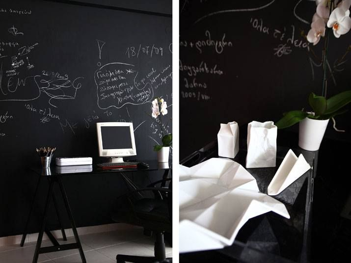 Βάψτε έναν τοίχο του σπιτιού σας με το ειδικό χρώμα για βαφή πινάκων της Χρωτέχ [lacboard] , και απολαύστε αυτό το ιδιαίτερο & ξεχωριστό αποτέλεσμα ! Επισκεφτείτε το κατάστημά μας για περισσότερες λεπτομέρειες!  [white house. by T Square Architects]