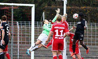 Später Ausgleich: Dieser Kopfballtreffer von Christabel Oduro (r.) zum 2:2 in der 90. Minute sorgte dafür, dass der Herforder SV im DFB-Pokalspiel gegen den SC Sand zumindest eine Verlängerung erzwang. - Yvonne Gottschlich