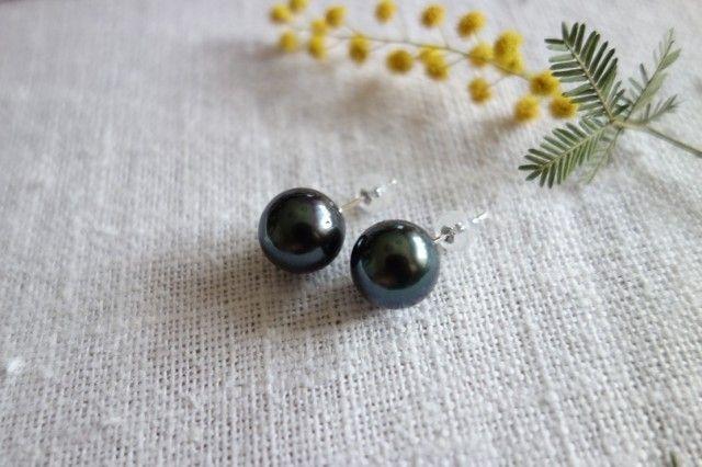 K14WG  南洋黒蝶真珠 タヒチパール 一粒ピアス - Coma Coma.///色が濃く、はっきりとした色合いの  黒蝶真珠のひとつぶパールピアスです。  形はほぼラウンドですのでとても上品な印象です。  タウン使いのおしゃれに・・・・  お食事会・パーティー・・・  改まったお悔やみのお席にもお使いいただけますので  様々な場面で活躍すると思います。