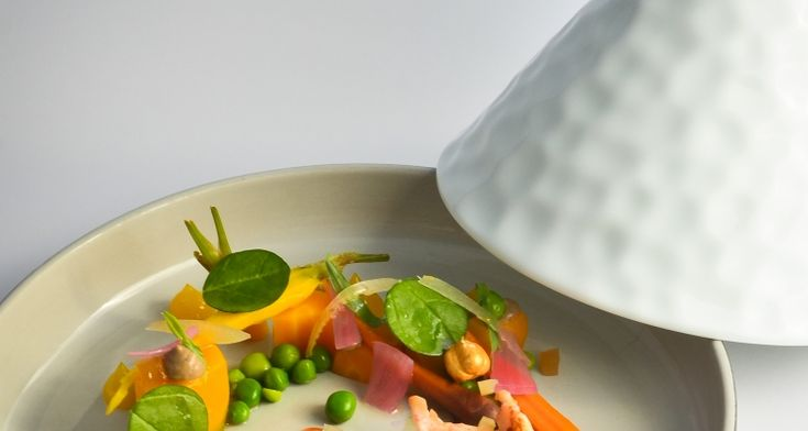 Tajine met kreeft en kalfszwezeriken, wortelmix, verse erwten en kalamata-olijven #dolceworld #gastronomy #recipe