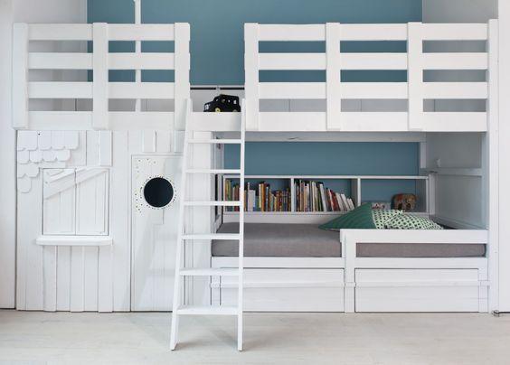 Bed met huisje en speelplateau. Ook zo'n bed kan muramura.nl voor je maken!