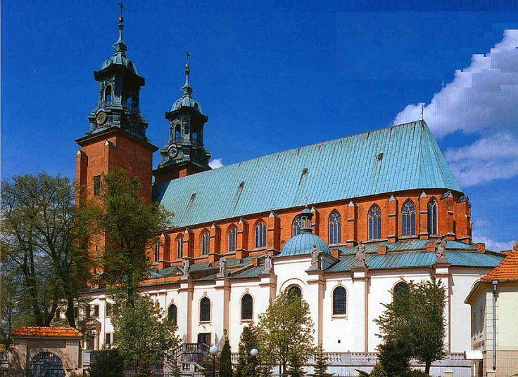 katedra gnieźnieńska, jej dzisiejszy kształt (mniej więcej) pochodzi z połowy XIV wieku, stulecia opatrzyły ją w dodatki barokowe, np. hełmy, ołtarze boczne. Co ciekawe, jest to bazylika halowa