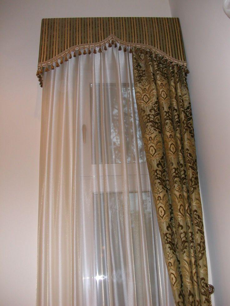 Klasszikus formájú kárpitozott tokos karnis függönnyel