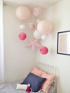 Kinderkamer idee | Hang meerdere papieren bollampen en sterren bij elkaar.