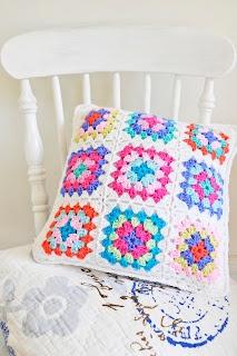 Helen Philipps.  Daccord c'est de la laine! Ma grang- mère me tricotait des couvertures comme celles-ci...
