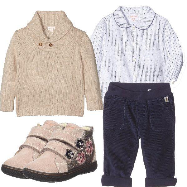 Caldo outfit da bimba, pantaloni di velluto a righe, camicina col collo tondo, maglioncino col collo montante, scarponcini con applicazioni. Carina e al caldo.