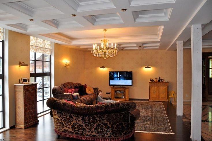 Освещение в гостиной http://www.lustra-market.ru/blog/osveshhenie-v-gostinoj/  В этой гостиной много света — большая люстра, бра на стене и небольшие лампы, подсвечивающие отдельные элементы обстановки. Если вы с любовью обставили свою гостиную, такое решение позволит вам расставить акценты сразу на всех важных для вас деталях: фотографиях детей, ваших коллекциях и оригинальных сувенирах. Люстра в центре дарит свет, а бра над диванами и … Читать далее Освещение в гостиной