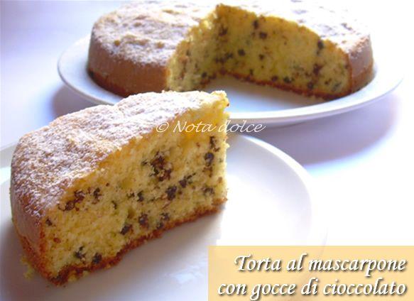 La torta al mascarpone con gocce di cioccolato è una torta sofficissima e supergolosa, preparata senza burro, ma con il mascarpone
