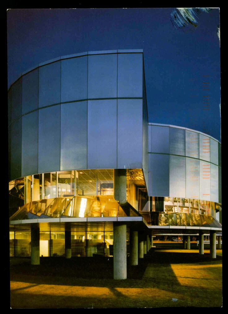 The Corning Glass Museum, designed by Gunnar Birkerts, resembles hot glass in a furnace and in its solid state.