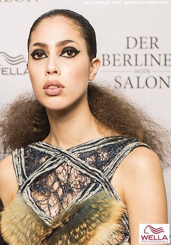 Tief gebundener Zopf zu dichtem Haar im Afro-Look - Wet Look Frisuren-Bilder - COSMOTY.de