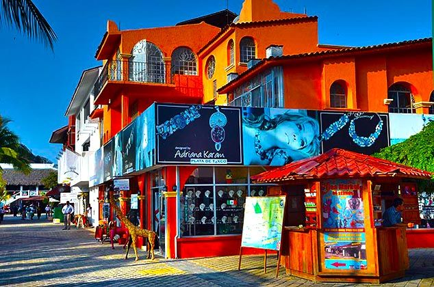 buildings mexico | Colorful buildings in Huatulco, Mexico.