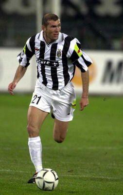 Zinedine Zidane lister sig også med på listen. En moderne 10´er, med et fremragende blik for sine medspillere og en rigtig giftig målscorer. Huskes bl.a. for sine 2 mål i VM finalen i 1998, og for sin skalle i brystkassen på Materazzi 8 år senere. Zizou spillede over 200 kampe for både Juventus og Real Madrid. Den elegante franskmand vandt bl.a. 2 italienske mesterskaber, 2 VM for klubhold, 1 spansk mesterskab og 1 Champions League, og 1 VM og EM med Frankrig. Desuden 1 Ballon D´or.