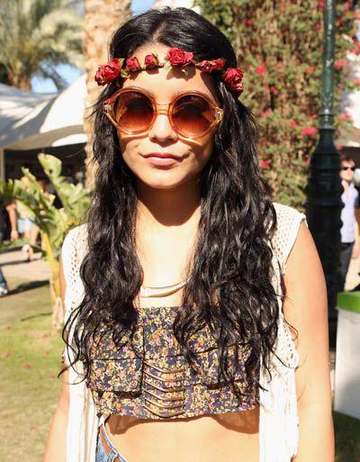 Vanessa Hudgens é conhecida como a rainha da moda hippie, isso não é nenhuma surpresa para nós vê-la ostentando um envoltório cabeça flor