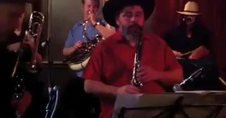 Una viva muestra de que la música de banda no solo se escucha y se disfruta en México, ya que estos Alemanes uienes forman un grupo, disfrutan de tocar algunos de los más tradicionales sencillos de la banda tradicional mexicana, en específico, la banda sinaloense. Entre ellos se observa como lo disfrutan y como cada quien aporta con su instrumento algo especial para dar el tono adecuado. La tarola, la guitarra, la tuba, las trompetas, cada uno tiene su función. ¿Hubieras pensado que verías a…