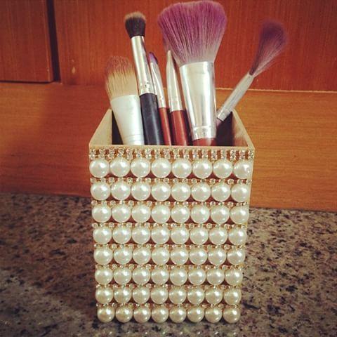 Mais uma novidade saindo do forno!! Porta pincéis/lápis com pérolas e strass! Encomendas pelo email madeinfor@madeinfor.com.br