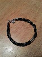 Paardenhaar Armband Mayke 5mm : 4 strengen rondgevlochten met handgemaakte eindstukken, draaibare sluiting en klein bedeltje €89,-  Als hier afgebeeld met tussenstuk €114,-  Ook verkrijgbaar in 7mm €125,-