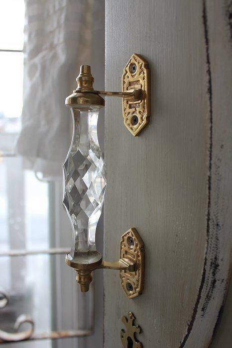 Прозрачная дверная ручка как чистый горный хрусталь, нежность и легкость в каждой детали.