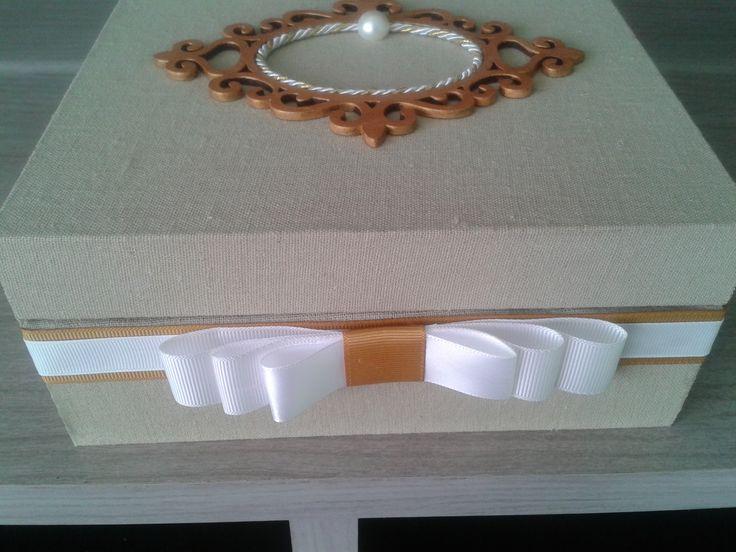 Caixa mdf revestida com linho na cor fendi e também no interior  com poá na cor fendi.. fita gorgurão e moldura em mdf