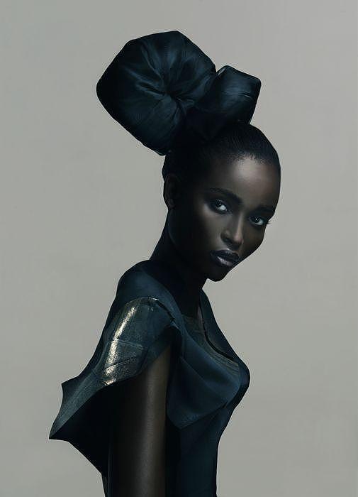 Fashion by Saadique Ryklief (super photo - mode)/ c est comme si elle regarde avec un (!?) tout l monde, parce que en meme temps son armonie interieure elle n a rien a avoir avec toute cette bataille universelle! L afrique est belle - (...et les brunettes mediteraniennes aussi).