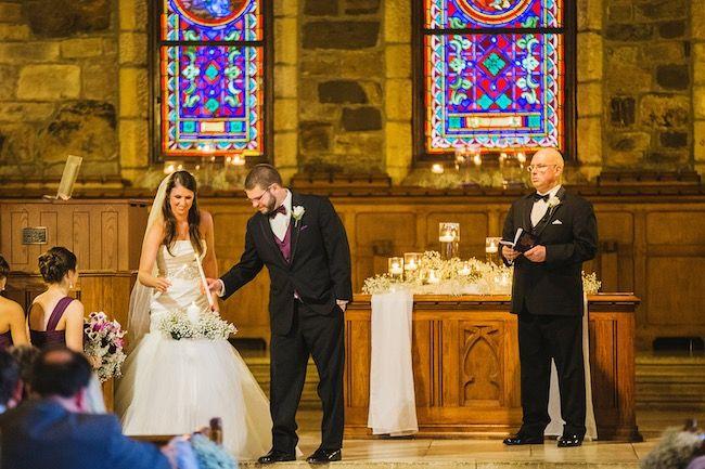 Iluminando la vela de unidad de boda. Crédito de Fotografía Christian Turner en exclusiva para Bodas y Weddings