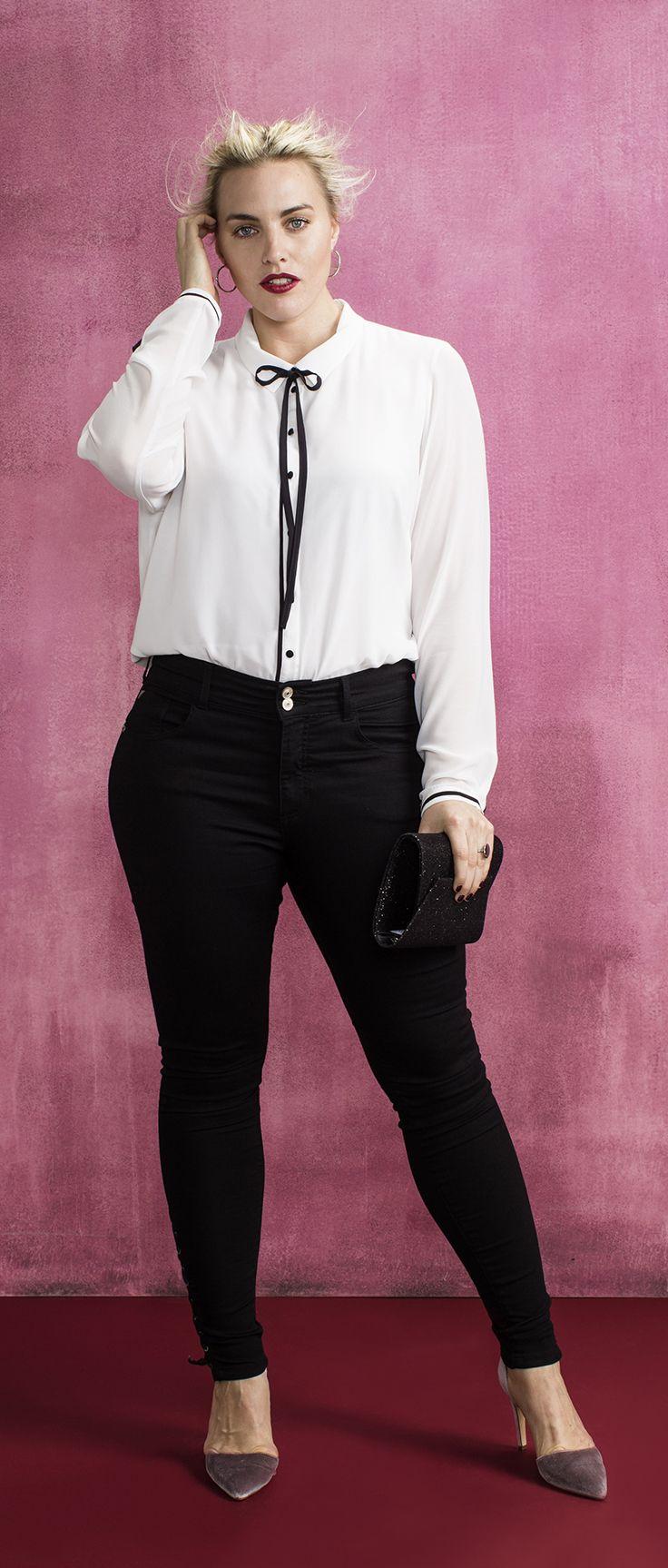 Combineer deze stijlvolle witte blouse met een zwarte broek en maak deze outfit af met paar statement hakken. #junarose
