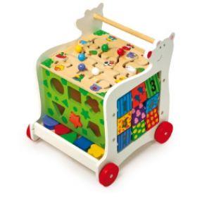 Drevené chodítko macko je vlastne veľký interaktívny stolík, ktorý je vyrobený z kvalitného pestro maľovaného dreva. Hračka je určená na precvičovanie motorických schopností a obrazovej predstavivosti dieťaťa, spoznávanie farieb, čísiel, tvarov, určovanie času.