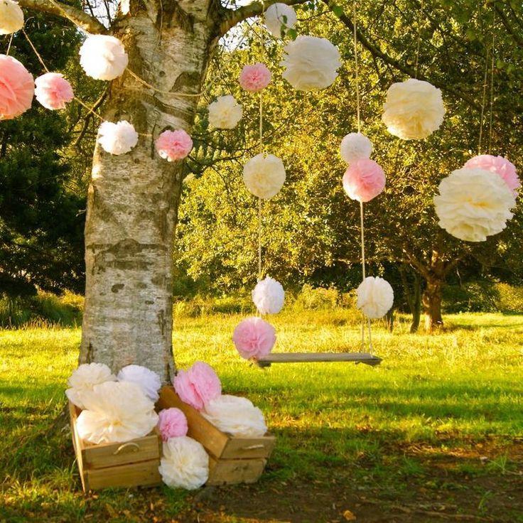 PomPoms ter decoratie van je bruiloft of babyborrel. Ook leuk ter versiering van een communie. Pom pom, papieren bol, paper balls, trouwinspiratie, bruiloft ideeën, wedding Ideas, marriage inspiration, paper lanterns, wedding decoration, www.lampion-lampionnen.nl