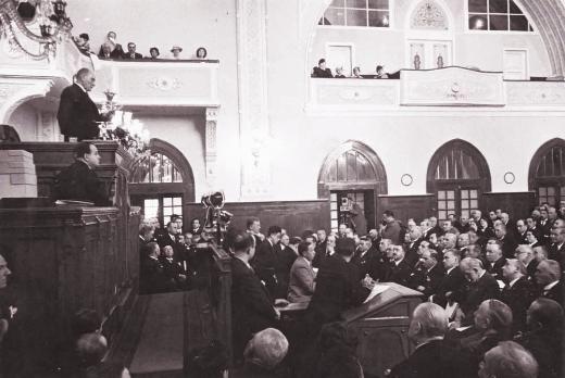 Cumhuriyetin gülen yüzü (29 Ekim 2013) Cumhurbaşkanı M. Kemal Atatürk, TBMM kürsüsünde konuşurken.