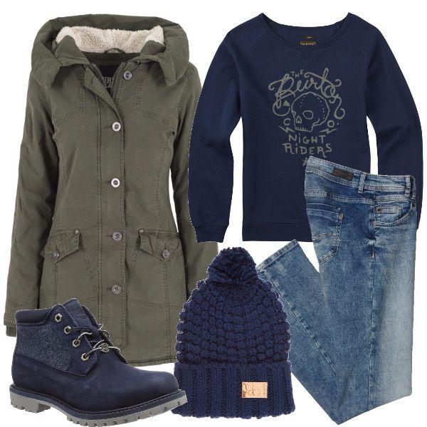 Look ideato per le più giovani adatto per la scuola e per le vacanze invernali, vediamolo: felpa blu con stampa abbinata a dei jeans skinny, a degli stivaletti stringati in pelle, ad un parka verde oliva e a un berretto in lana.