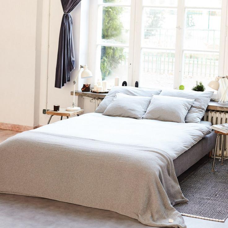 Narzuty i poduszki Nocne Dobra wykonane są z polskich dzianin najlepszej jakości tak, aby były przyjemne w dotyku, miękkie,