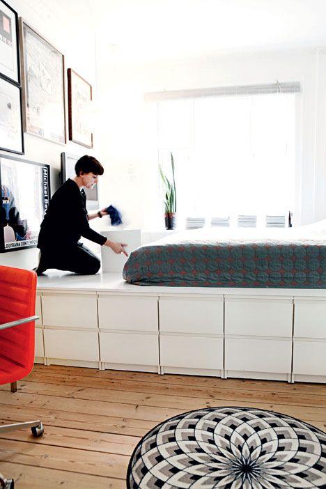 I soveværelset har Kresten bygget en væg til væg seng med masser af opbevaringsplads under. Forrest er en række små Malm kommoder fra Ikea stillet på række til alt det, familien nemt skal kunne få fat i. Bag dem har Kresten bygget selve sengen med låger ned til opbevaringsrum i flere størrelser.