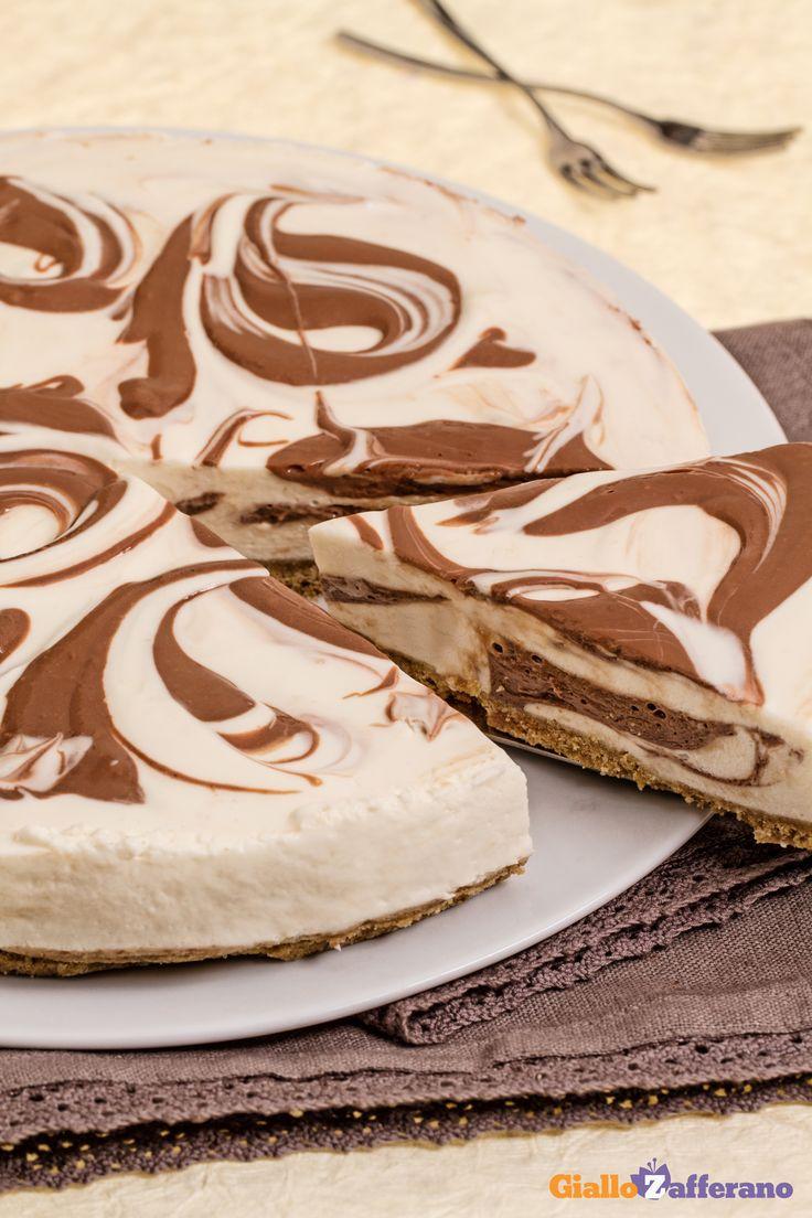 La #CHEESECAKE MARMORIZZATA (marble cheesecake) è un #dessert di grande effetto scenografico con la presenza di due golose creme: una chiara vanigliata e una al cioccolato fondente. #ricetta #GialloZafferano