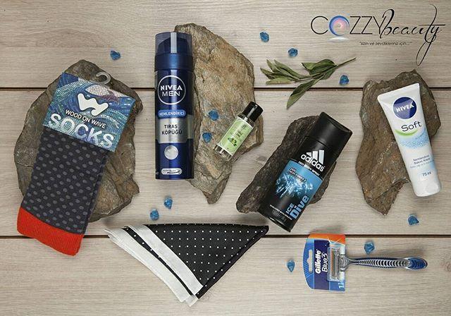 Cozzy Box ile güne hazırsınız!⠀ ⠀ #cozzybox #cozzy #box #aylıkkutuservisi #aylıkkozmetikkutusu #erkekleriçin #erkeklereözel #erkekleriçinaylıkbakımkutusu #aksesuarkutusu #erkekaksesuarları #erkekçorap #erkekmendil #şık #centilmen #erkek #adam #yakışıklı #karizmatik #seksi #woodonwave #niveaman #adidas #giletteblue3www.cozzybeauty.com