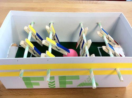 Créez un mini baby-foot pour vos enfants à partir d'une simple boîte à chaussures. Découvrez tous nos ateliers sur www.c-monetiquette.fr/blog
