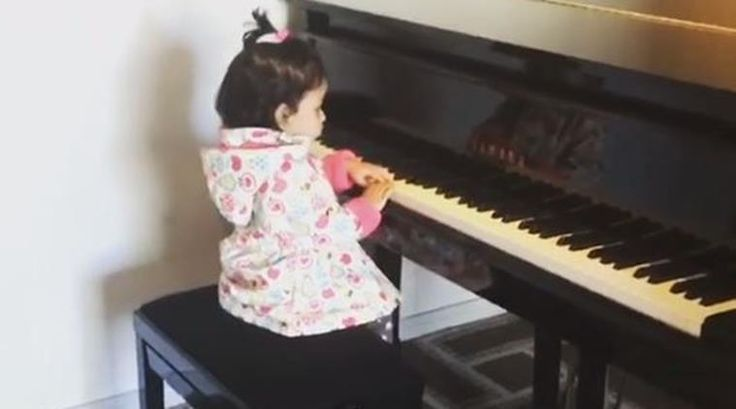 MS Dhoni's daughter Ziva playing piano is cutest moment in 2017