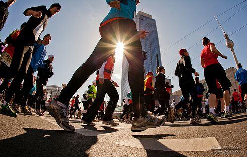 Mitte: Das Ziel vieler Berliner Läufer ist der jährliche Berlin Marathon ( #berlin #marathon #berlinmarathon #running #run #fitness #sun #healthy #berlinmitte #motivation  #streetlife #leben #kiez #heimat ) >>Halbmarathon Berlin 2012-9
