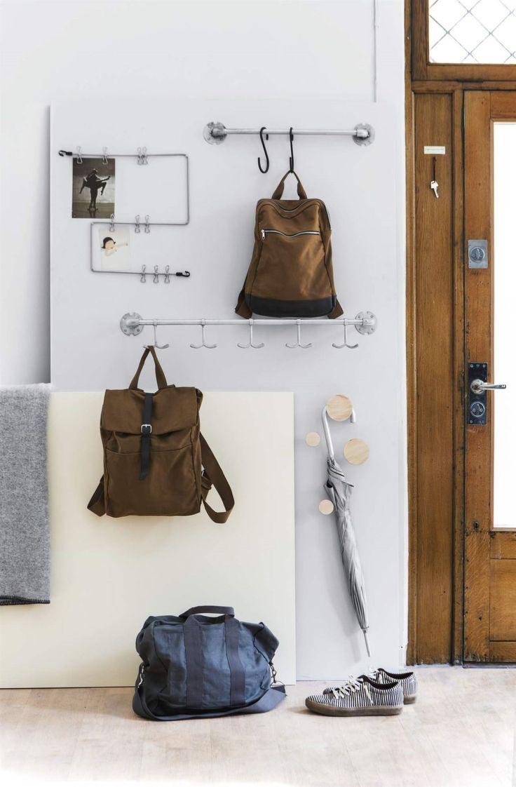 <span>Häng upp på väggen! Ryggsäckar, paraplyer och påminnelselappar, allt kan hängas upp så är det lättare att både städa och hålla ordning. Hängare och krokar från Granit. </span>