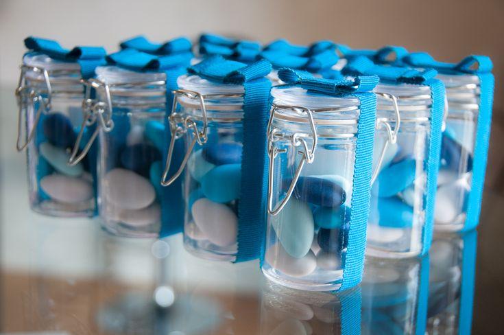 mini vasetti in vetro con fiocco in caneté e confetti colorati