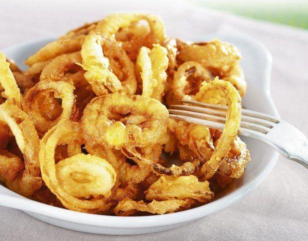 Dobrym zamiennikiem chipsów będą chrupiące i aromatyczne cebulowe krążki. Doskonale sprawdzą się zarówno w roli samodzielniej przekąski, jak i dodatku, na przykład do burgerów czy kiełbasy z grilla.
