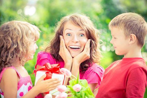 Den matek se slaví v různé dny na celém světě. Jeho původ nalezneme ve starověkém Řecku či Římě, kde se konaly obřady, jimiž se uctívaly ženy jakožto dárkyně života. U nás tento svátek připadá na druhou květnovou neděli, proto nezapomeňte 14. 5. na své maminky!
