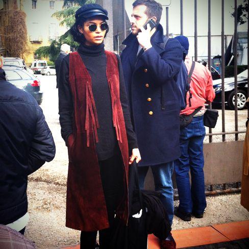編集B:続いてリヤ・ケベデが登場。キャスケットとスエードのベストでトレンドの70s風。|SPUR(シュプール)